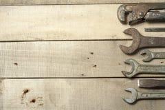 set hjälpmedel för konstruktion Skiftnyckel på träbakgrund Arkivbilder