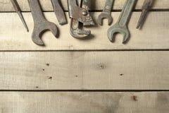 set hjälpmedel för konstruktion Skiftnyckel på träbakgrund Royaltyfri Bild