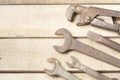 set hjälpmedel för konstruktion Skiftnyckel på träbakgrund Arkivfoton