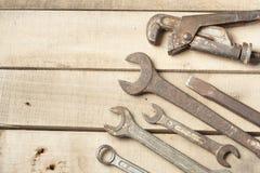 set hjälpmedel för konstruktion Skiftnyckel på träbakgrund Royaltyfri Fotografi