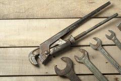 set hjälpmedel för konstruktion Skiftnyckel på träbakgrund Royaltyfri Foto