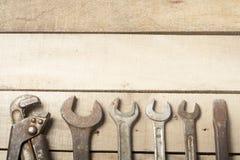 set hjälpmedel för konstruktion Skiftnyckel på träbakgrund Royaltyfria Bilder
