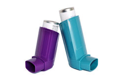 Set Inhalatoren für die Behandlung des Bronchialasthmas auf einem weißen Hintergrund Stockbilder