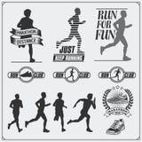 Set jogging i biegać klub etykietki, emblematy i projektów elementy Sylwetki biegacze royalty ilustracja