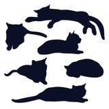 Set kłamać czarnych kotów sylwetki w różnorodnych pozach ilustracji