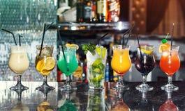 Set klasyczni alkoholów koktajle, koktajle przy barem Obrazy Royalty Free