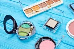 Set kolorów eyeshadows na błękitnym tle Zdjęcia Stock