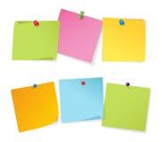 Set kolorów nutowi papiery z różnymi kolorów pushpins ilustracja wektor