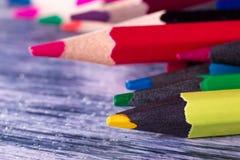 Set kolorów ołówki na drewnianym tle Makro- z bliska Zdjęcia Stock