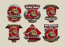 Set kolorowi logo, emblematy, Spartański hełm i peleryna, starożytnego grka wojownik, Romański żołnierz, różne chrzcielnicy ilustracja wektor