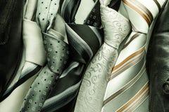 Set kolorowi mężczyzna krawaty odizolowywający na ciemnym tle Zdjęcie Stock