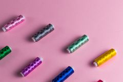 Set kolorowi threds dla szyć zdjęcia royalty free