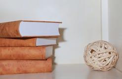 Set książki na półce na książki, dekoracyjny minimalizm zdjęcia royalty free