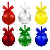 Set Kugeln Ökologische, hölzerne Weihnachtsdekorationen Die Symbole des neuen Jahres Rote, grüne, silberne, blaue und gelbe Farbe Stockfotos