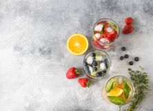 Set lato zdrowi koktajle, różnorodny cytrus natchnący nawadnia, lemoniady lub mojitos, z wapnem, czarne jagody, pomarańcze i stra fotografia royalty free