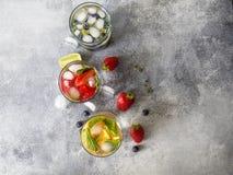 Set lato zdrowi koktajle, różnorodny cytrus natchnący nawadnia, lemoniady lub mojitos, z wapnem, czarne jagody, pomarańcze i stra zdjęcia royalty free
