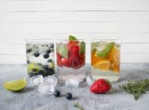 Set lato zdrowi koktajle, różnorodny cytrus natchnący nawadnia, lemoniady lub mojitos, z wapnem, czarne jagody, pomarańcze i stra fotografia stock