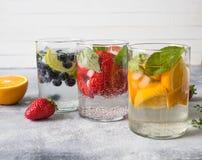 Set lato zdrowi koktajle, różnorodny cytrus natchnący nawadnia, lemoniady lub mojitos, z wapnem, czarne jagody, pomarańcze i stra obraz stock