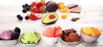 Set lody miarki różni kolory i smaki z jagodami, czekoladą i owoc, obraz royalty free