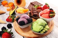 Set lody miarki różni kolory i smaki z jagodami, czekoladą i owoc, fotografia royalty free