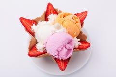 Set lody miarki r??ni kolory i smaki Dekoruj?cy z truskawkami pyszny deser zdjęcia stock