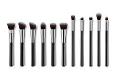 Set makeup szczotkuje, fachowy makeup zestawu concealer proszka eyebrush z czerni rękojeściami na kolorowym pastelowym tle fotografia stock