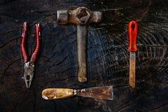 Set manuałów narzędzia na ciemnym drewnianym tle Zdjęcie Stock