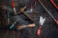 Set manuałów narzędzia na ciemnym drewnianym tle Zdjęcia Royalty Free