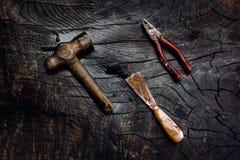 Set manuałów narzędzia na ciemnym drewnianym tle Obrazy Royalty Free