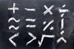 Set matematyka symbolu remis kredą na blackboard tle zdjęcia stock