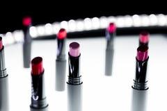 Set matte pomadka w czerwonych, naturalnych kolorach na tle i Mod Kolorowe pomadki Fachowy Makeup i Zdjęcie Stock