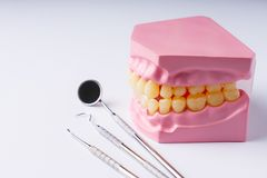 Set metalu dentysty ` s sprzętu medycznego narzędzia, odgórny widok Fotografia Stock