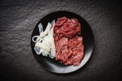 Set mięsny wołowina plasterek, wątróbka na czarnego talerza ciemnym tle dla shabu Japońskich foods Azjatyckiej kuchni gotującej l zdjęcia royalty free