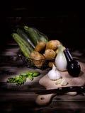 Set mieszani warzywa na starzejącym się drewnianym stole Obraz Stock