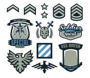 Set militarne i militarne odznaki Emblematy, bronie automatyczne, czaszka, literowanie, kordzik, orzeł, skrzydła, szablony royalty ilustracja