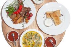Set naczynia: bliny z mięsem, polewka, piec na grillu kebabs, kebab a Fotografia Royalty Free