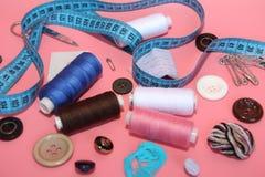 Set narzędzia dla krawczyny - nić, nożyce, szpilki, zwitki, igły, pomiarowy metr obraz royalty free