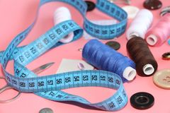 Set narzędzia dla krawczyny - nić, nożyce, szpilki, zwitki, igły, pomiarowy metr zdjęcia royalty free