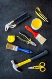 Set narzędzia dla budowy, farby i naprawy domu na ciemnego tła odgórnym widoku, Zdjęcia Stock