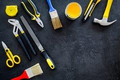 Set narzędzia dla budowy, farby i naprawy domu na ciemnym tło odgórnego widoku egzaminie próbnym, Obrazy Royalty Free