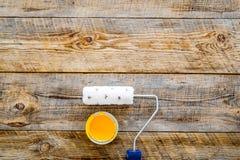 Set narzędzia dla budowy, farby i naprawy domu na drewnianym tło odgórnego widoku egzaminie próbnym, Fotografia Royalty Free