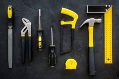Set narzędzia dla budowy i naprawy domu na ciemnego tła odgórnym widoku Obraz Stock