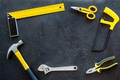 Set narzędzia dla budowy i naprawy domu na ciemnym tło odgórnego widoku ramy egzaminie próbnym Fotografia Royalty Free