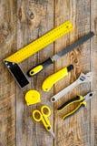 Set narzędzia dla budowy i naprawy domu na drewnianego tła odgórnym widoku Zdjęcie Royalty Free