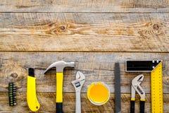 Set narzędzia dla budowy i naprawy domu na drewnianym tło odgórnego widoku ramy egzaminie próbnym Zdjęcia Stock