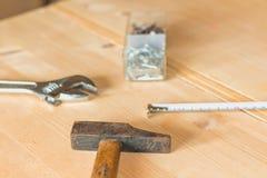Set narzędzia na workbench z gwoździami Zdjęcia Royalty Free