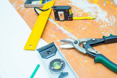Set narzędzia nad drewnianą podłoga z trociny Zdjęcia Royalty Free