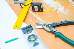 Set narzędzia nad drewnianą podłoga z trociny Zdjęcia Stock