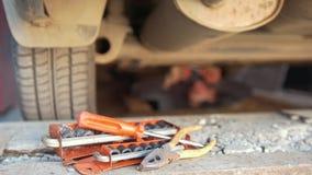 Set narzędzia przed mężczyzna pod odśrubowania samochodowymi szczegółami spod tacy zbiory