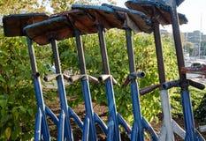 Set nastawczego metalu poparcia łódkowaci stojaki z drewnianą platformą na wierzchołku Fotografia Royalty Free